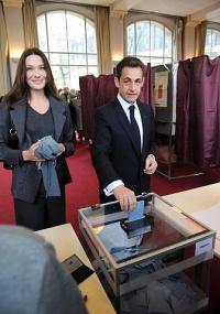 Nicolas Sarkozy, presidente francês, vota acompanhado da primeira-dama Carla Bruni nas eleições regionais do país