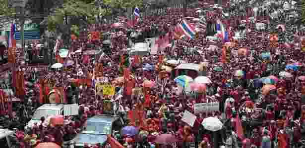"""Cerca de 90 mil opositores do primeiro-ministro tailandês, Abhisit Vejjajiva, conhecidos como """"camisas vermelhas"""", protestam nas ruas de Bancoc pela renúncia do premiê; veja fotos - Damir Sagolj/Reuters"""