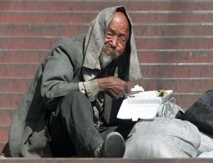 Morador de rua em Pequim; diferença entre a renda do mais ricos e a dos mais pobres está crescendo
