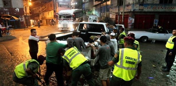 Policiais venezuelanos revistam jovens no bairro se Sucre, na capital Caracas; em 2009, 16.094 homicídios foram cometidos no país, uma média de 44 por dia, segundo a polícia