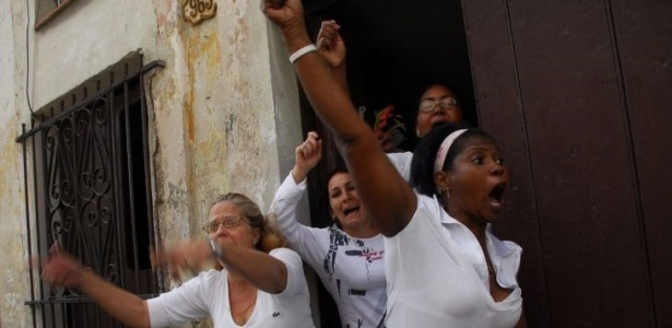 """As """"Damas de Branco"""" - esposas e familiares dos 75 dissidentes presos em Cuba - tomam as <br> ruas de Havana em março deste ano para lembrar os sete anos das detenções no país"""