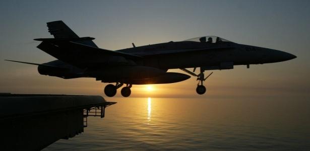 Avião F/A-18 C Hornet decola do porta-aviões americano Kitty Hawk, nas águas do golfo Pérsico