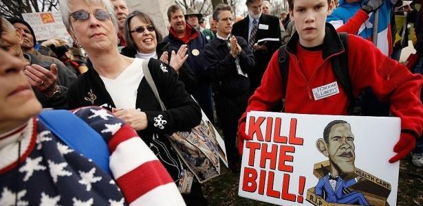 Centenas de manifestantes do Tea Party foram ao Capitólio, em Washington D.C., mostrar oposição à reforma da saúde promovida e debatida pelo governo democrata