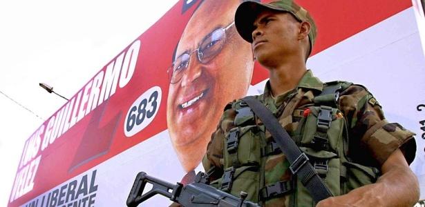 Soldado colombiano vigia uma das principais avenidas de Medellín, durante a operação feita para garantir as eleições legislativas no país