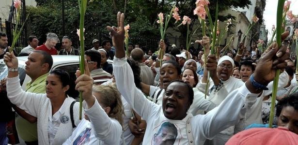 As Damas de Branco, organização formada por mães e esposas de dissidentes, voltaram às ruas de Havana nesta quinta-feira, no sétimo aniversário da prisão de seus 75 familiares