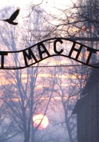 Inscrições na entrada no antigo campo de concentração de Auschwitz, na Polônia