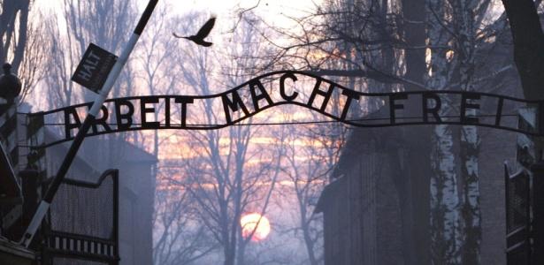 Inscrições na entrada no antigo campo de concentração de Auschwitz