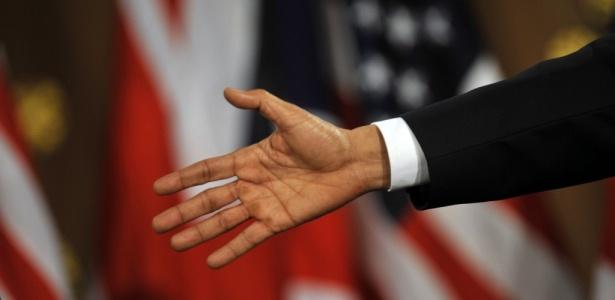 O presidente norte-americano Barack Obama estende a mão ao premiê britânico, Gordon Brown