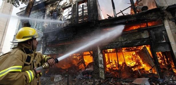 Sobrado comercial pegou fogo no centro do Rio; bombeiros trabalham no rescaldo