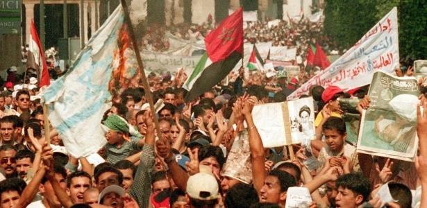 Manifestantes carregam cartazes e bandeiras durante protesto nas ruas de Rabat, no Marrocos