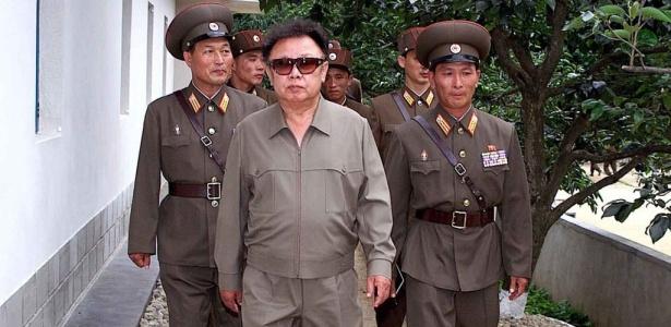 O presidente e ditador norte-coreano Kim Jong-il durante inspeção em centro do Exército local