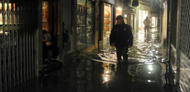 Moradores de Veneza (Itália) caminham por ruas e comércios alagados da cidade, onde as águas da chuva atingiram 1,44 m acima do nível do mar, inundando 60% da cidade durante a última temporada de chuvas na Europa