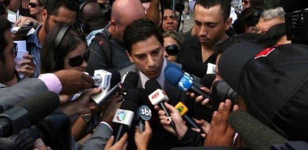 O advogado Ricardo Martins, que defende Alexandre Nardoni e Anna Carolina Jatobá, concede entrevista na porta do fórum de Santana
