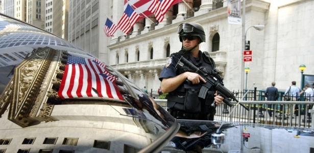 Policial faz a guarda da Bolsa de Valores de Nova York