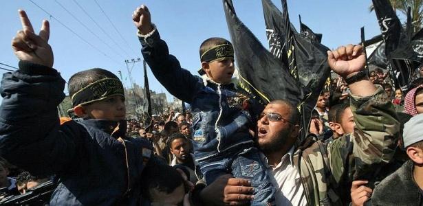 Apoiantes do Hamas saíram às ruas do campo de refugiados de Nusseirat, na região central da Faixa de Gaza, para protestar contra as ações de Israel