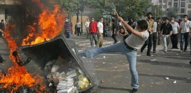 Manifestantes oposicionistas protestam contra a reeleição do presidente Mahmoud Ahmadinejad, em Teerã, capital do Irã