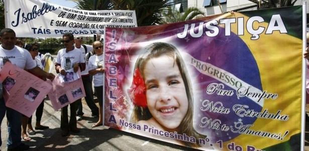 Manifestantes protestam em frente ao fórum de Santana, em São Paulo, onde acontece o julgamento de Alexandre Nardoni e Anna Carolina Jatobá