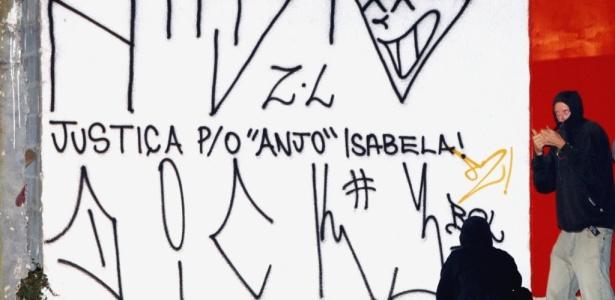 Muro em frente ao Fórum de Santana, zona norte de SP, é pichado com mensagem referente à morte de Isabella Nardoni, 5, cujo julgamento entra no segundo dia