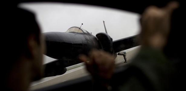 O capitão Eugene em torno do avião-espião U-2, Base Aérea de Beale Air, na Califórnia (EUA). Veja outras imagens desse avião usado no período da Guerra Fria
