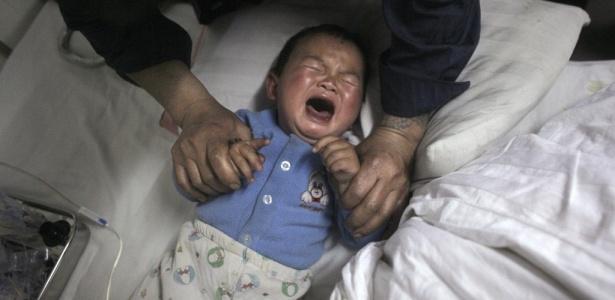 Criança diagnosticada com ter excesso de chumbo no sangue recebe tratamento médico em um hospital em Chenzhou, na província de Hunan (China)