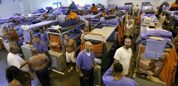 Detentos alojados no ginásio da prisão estadual de Lancaster, na Califórnia. A prisão tem 4.600 detentos, o dobro do número da capacidade do presídio