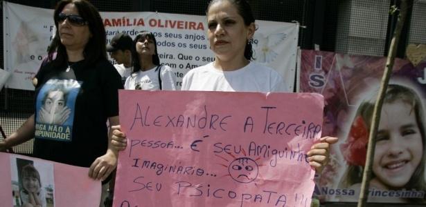 Manifestantes permanecem em frente ao fórum de Santana, zona norte de SP, acompanhando o julgamento o casal Alexandre Nardoni e Anna Carolina Jatobá e exibindo cartazes de protesto