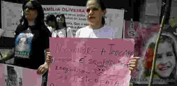 Manifestantes permanecem em frente ao fórum de Santana, zona norte de SP, acompanhando o julgamento o casal Alexandre Nardoni e Anna Carolina Jatobá e exibindo cartazes de protesto - Nelson Antoine/AE