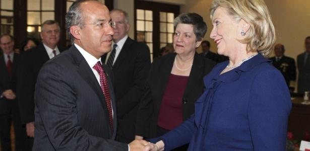 O presidente do México, Felipe Calderón, cumprimenta a secretária de Estado dos EUA, Hillary Rodham Clinton, durante visita à residência presidencial