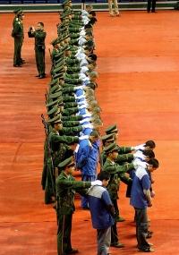 Policiais chineses exibem grupo de condenados durante julgamento em Wenzhou, na China. Onze prisioneiros foram executados em decorrência de crimes diversos