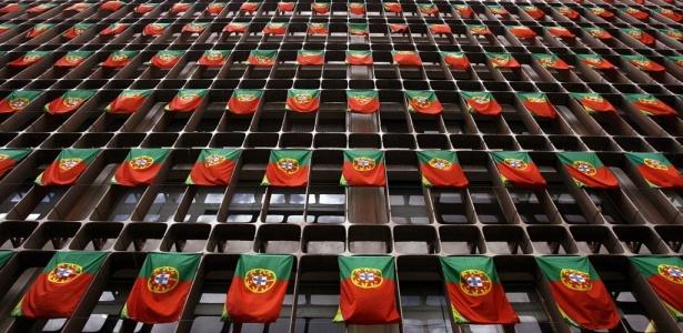 Bandeiras de Portugal penduradas em prédio comercial de Lisboa, a capital do país