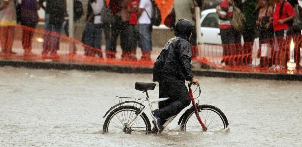 Forte chuva alaga o cruzamento das avenidas Faria Lima e Rebouças, na zona oeste de São Paulo, na tarde desta quinta-feira. O temporal deixou toda a cidade em atenção