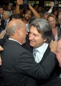 O governador de SC, Luiz Henrique da Silveira (esq.), renuncia para concorrer às eleições de 2010; assume o governo o vice Leonel Pavan (dir.)