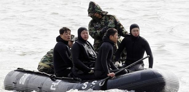 Forças de resgate participam das buscas ao navio desaparecido perto da fronteira entre as duas Coreias. A Marinha da Coreia do Sul investiga possível ação do Coreia do Norte contra o navio