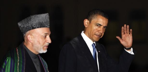 Presidente afegão, Hamid Karzai (esq.) acompanhado pelo presidente dos EUA, Barack Obama