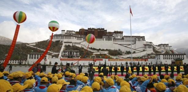 Em frente ao Palácio de Potala, no Tibete, chineses celebram o 'Dia Anual da Emancipação dos Servos'