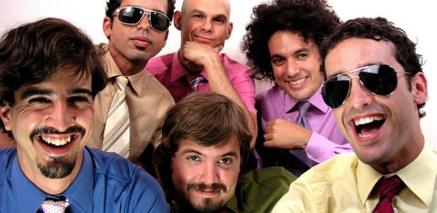 """Imagem do grupo venezuelano """"Los Amigos Invisibles"""" durante sessão fotográfica em Nova York, nos Estados Unidos"""
