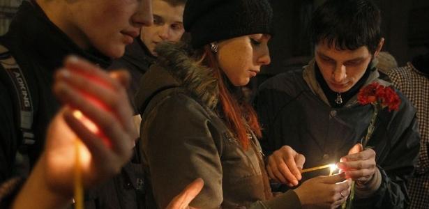 Pessoas fazem homenagem às vítimas do atentado no metrô de Moscou na segunda (29)
