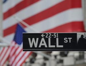 Fachada da rua onde funciona o centro financeiro dos EUA, em Nova York