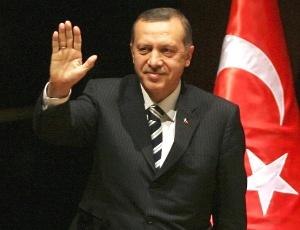 O primeiro-ministro turco, Recep Tayyip Erdogan, acena durante entrevista coletiva na sede do AK (Partido Justiça e Desenvolvimento), em Ancara