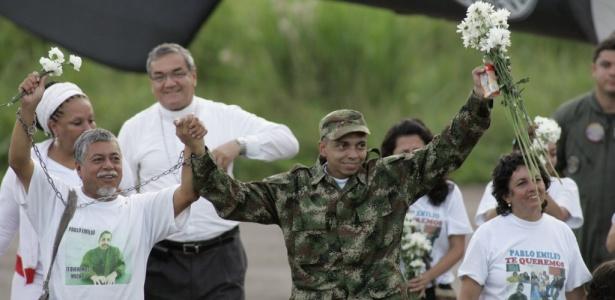 Pablo Emilio Moncayo, de mão dada com o pai, comemora libertação após 12 anos de cativeiro