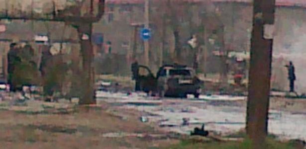 Foto tirada de um celular mostra o local do atentado desta quarta-feira em Kizlyar, na Rússia. A área está isolada e o carro-bomba no centro da foto seria o usado na ação terrorista