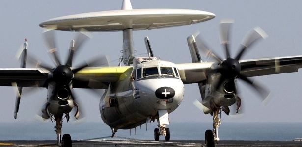 Avião militar do modelo E-2C Hawkeye caiu no Golfo de Omã com quatro tripulantes a bordo