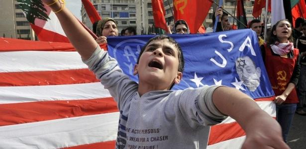 Garoto participa de manifestação diante da embaixada do Egito em Beirute, no Líbano. Cerca de 200 pessoas protestaram contra o ditador egípcio, Hosni Mubarak, devido à construção de uma barreira subterrânea entre o Egito e a faixa de Gaza