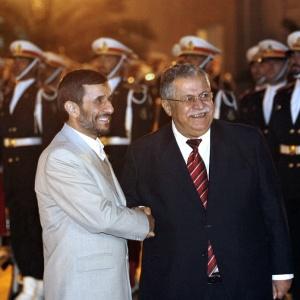 O presidente iraniano, Mahmoud Ahmadinejad (esq.), cumprimenta o colega iraquiano, Jalal Talabani
