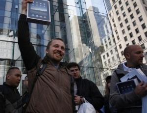 Comprador comemora aquisição de iPad em Nova York, nos Estados Unidos