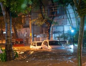 Rua Conselheiro Olegário, no bairro do Maracanã, um dos mais atingidos pela forte chuva no RJ