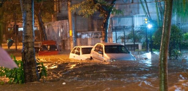 A forte chuva desta segunda-feira causou alagamento nas imediações da rua Conselheiro Olegário, no bairro do Maracanã, no Rio de Janeiro