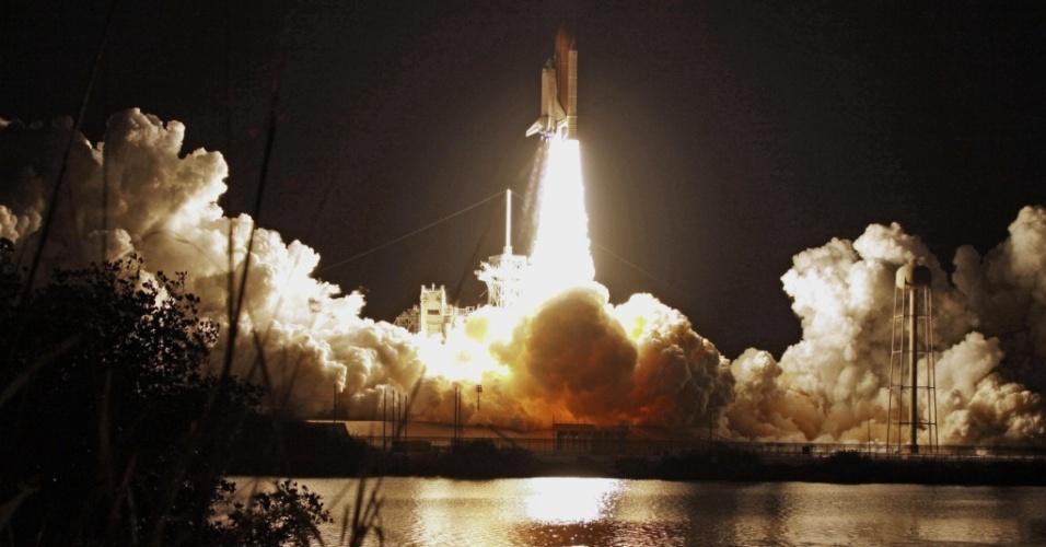 A partida do ônibus espacial Discovery aconteceu na manhã desta segunda-feira (05) e partiu do Centro Espacial Kennedy, em Cabo Canaveral, na Flórida (EUA) com sete passageiros: três mulheres e quatro homens