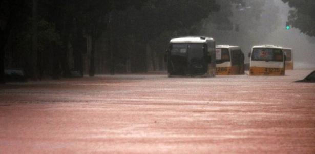 Alagamento impede que ônibus prossigam na avenida Jardim Botânico, na zona sul do Rio