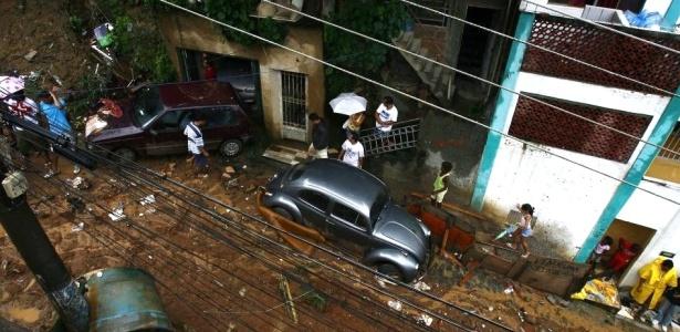 Deslizamento de terra em São Conrado, zona sul do Rio, soterra casa e vários automóveis